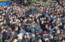 В военном пантеоне «Ераблур» Никола Пашиняна забросали различными предметами (Видео)