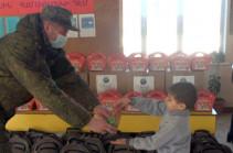 Российские миротворцы вручили новогодние подарки ученикам двух школ в городе Степанакерте