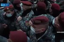 Կառավարության շենքի մոտ հրմշտոց սկսեց. ոստիկաններն ուժով հեռացնում են քաղաքացիներին (Տեսանյութ)