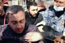 Полицейские в Ереване избили координатора оппозиционного движения Ишхана Сагателяна (Видео)