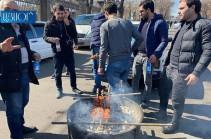 Բաղրամյան պողոտայում քաղաքացիները խորոված են անում. Լուսանկարներ