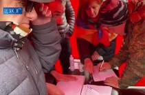 Քաղաքացիները մասնակցում են ի աջակցություն Արա Սաղաթելյանի կազմակերպված ստորագրահավաքին (Տեսանյութ)