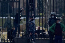 Ворота парламентом заварили до визита Никола Пашиняна (Фото)