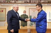 Министр обороны посетил военный госпиталь и вручил военнослужащим ведомственные медали