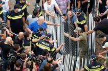Полиция задержала более 100 человек на митингах в Тбилиси у здания парламента