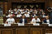 Фракции «Армения» пришла в парламент в футболках с фотографиями арестованных глав общин Сюника