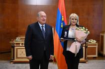 Պարտիան ավարտվել է ոչ-ոքի. Արմեն Սարգսյանը պետական բարձր պարգև է հանձնել գրոսմայստեր Էլինա Դանիելյանին և շախմատ խաղացել նրա հետ