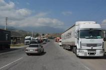 Գորիսում՝ ԱԱԾ անցակետի մոտ, իրանական բեռնատարների 2-3 կմ խցանումներ են. մեքենաները Կապան չեն շարժվում, քանի որ ադրբեջանցիներին վճարելու գումար չունեն. Գորիսի փոխքաղաքապետ