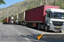 Իրանից տասնյակ բեռնատարներ կանգնած են մնացել Կարմրաքար-Դավիթ-Բեկ խաչմերուկում, որոշ մեքենաներ անցնում են Տաթևով (Sputnik Արմենիա)
