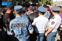 Полицейские начали подвергать приводу участников акции на площади Шарля Азнавура