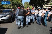 Вместо того, чтобы применять насилие против граждан, они должны сейчас обеспечивать безопасность на дороге Горис-Капан – Геворк Петросян