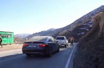 Հայկական մեքենաները Գորիս-Կապան ճանապարհի՝ ադրբեջանցիների վերահսկողության տակ գտնվող հատվածն անցնում են ՀՀ ԱԱԾ-ի և ռուս խաղաղապահների ուղեկցությամբ. Քոչարյան