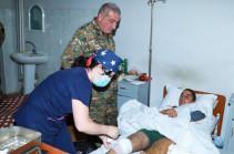 Командующий Армией обороны Арцаха посетил раненых военнослужащих