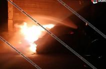 Երևանում բարձրահարկ շենքի բակում կայանված Nissan March-ում բռնկված հրդեհի հետևանքով այն վերածվել է մոխրակույտի
