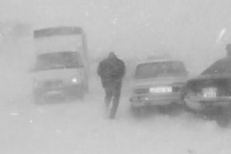 Из-за сильной метели все еще закрыт Селимский перевал