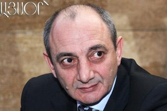 Президент НКР вручил дипломы группе выпускников АрГУ