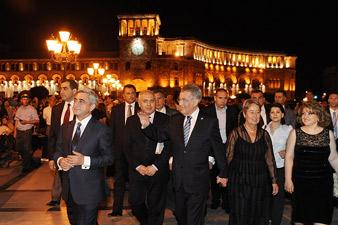 Президенты Армении и Австрии прогулялись по площади Республики