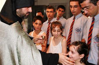 Մարդասիրական ճեմարանի 7 աշակերտ նախօրեին մկրտվել է