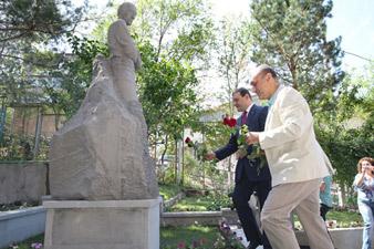 Բացվել է Հրանտ Մաթևոսյանի արձանը