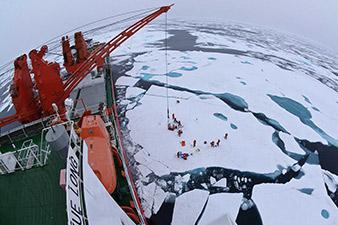 Antarctic ice breaker now stuck