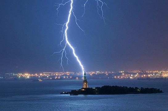 Молния ударила вголову статуи Свободы вНью-Йорке