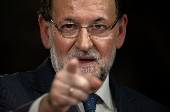 Испанский парламент впервом туре отверг кандидатуру Рахоя напост премьера
