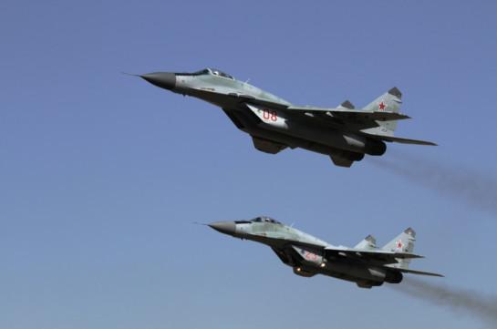 Российские пилоты МиГ-29 в небе над Арменией отрабатывают элементы высшего и сложного пилотажа