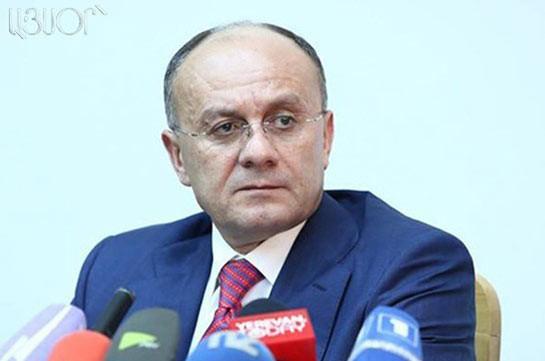 Экс-глава Минобороны Армении объявил освоем решении уйти вполитику