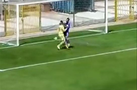 Турецкий вратарь забросил мяч вворота впроцессе празднования отбитого пенальти