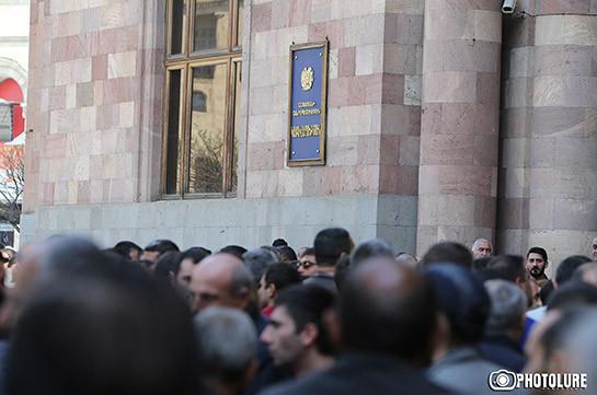 Կառավարության դիմաց բողոքի ակցիա կազմակերպած առևտրականներից մի քանիսը բարձրացան վարչապետի խորհրդականի մոտ