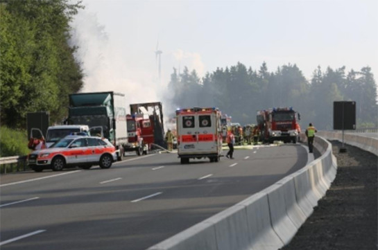 Туристический автобус вБаварии влетел в грузовой автомобиль: десятки пострадавших
