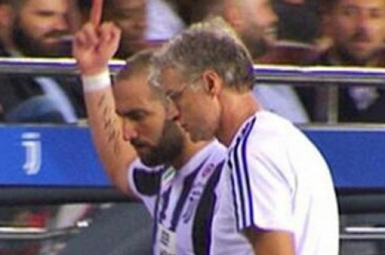 Игуаин показал средний палец фанатам «Барселоны»