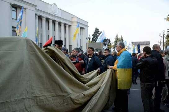 Задержанные в Киеве активисты вернулись в палаточный городок