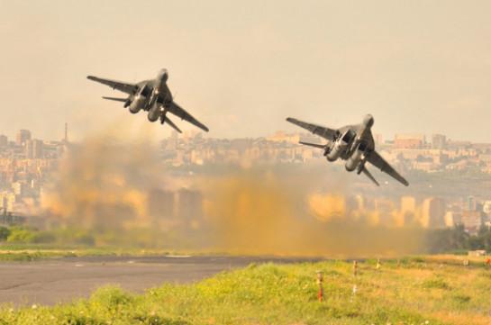 Экипажи истребителей МиГ-29 российской военной базы в Армении выполнили зачетные упражнения на высоте около 5 тыс. метров