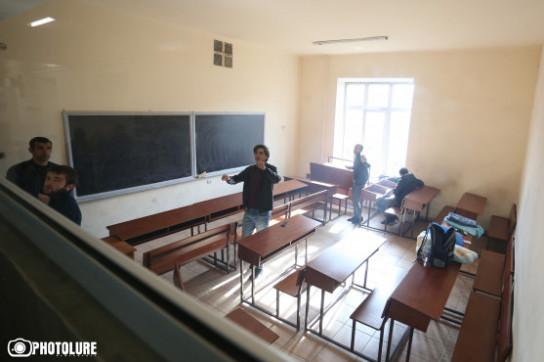 Մեզ մոտ կա բարձ, 2 ներքնակ, ջուր, ծխախոտ, հեռախոս, զարյադչնիկ ու թաց անձեռոցիկ. հացադուլ հայտարարած ուսանողները կգիշերեն լսարանում