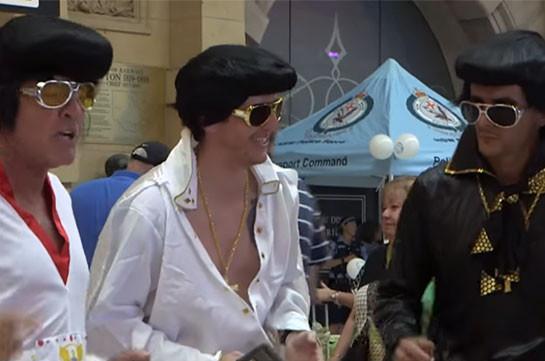 «Элвис-экспресс» везёт сотни поклонников на фестиваль (Видео)