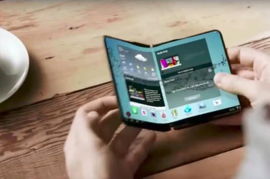 Компания Самсунг назакрытой встрече представила гнущийся смартфон