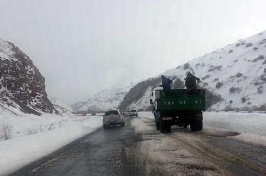 Մի շարք ավտոճանապարհներին ձյուն է տեղում. կատարվում են մաքրման և աղով, ավազով մշակման աշխատանքներ