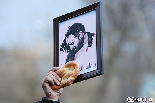 Ազատության հրապարակում հաց են բաժանել՝ ի հիշատակ «հաց բերող» Արթուր Սարգսյանի (Լուսանկարներ)