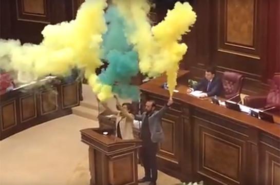 Оппозиционные депутаты зажгли в парламенте Армении фаеры