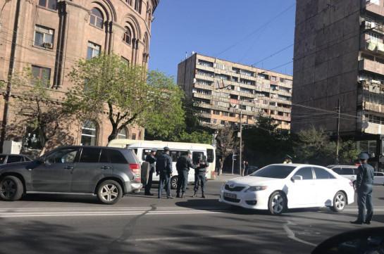 Протестующие против премьерства Сержа Саргсяна Никол Пашинян и его сторонники создали транспортный хаос в Ереване