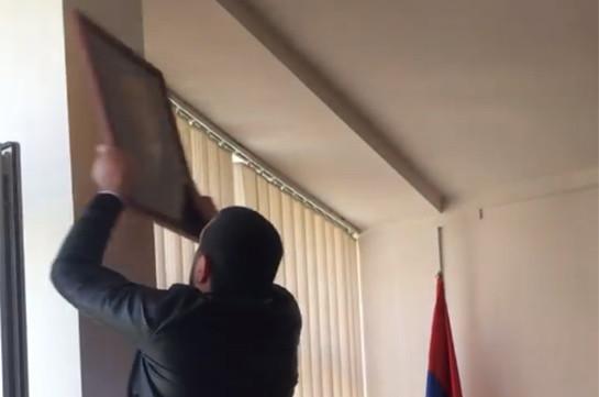 Доставленный в полицию активист выкинул портрет Сержа Саргсяна из окна отделения (Видео)
