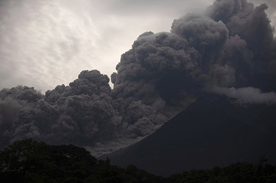 В Гватемале нашли еще семь тел погибших при извержении вулкана