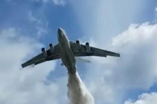 В Подмосковье самолет МЧС по ошибке сбросил тонны воды на сотрудников ДПС (Видео)