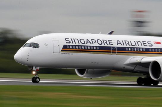 В аэропорту Сингапура самолёт врезался в телескопический трап