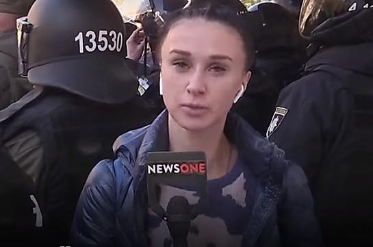 Ուկրաինայում սոսինձ են լցրել NewsOne հեռուստաալիքի լրագրողի վրա