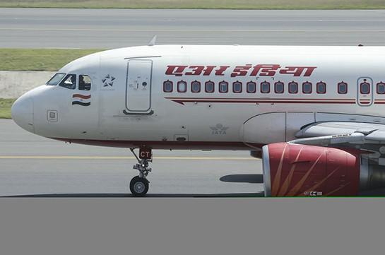 В Индии самолет при взлете задел стену аэропорта. Фото