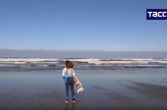 Կույր աղջիկը սերֆինգով է զբաղվում (Տեսանյութ)