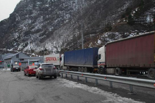 Дорога Степанцминда – Ларс закрыта для всех видов транспорта, с российской стороны скопилось 120 грузовиков