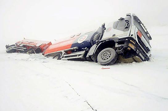 Два бензовоза провалились под лёд в Якутии